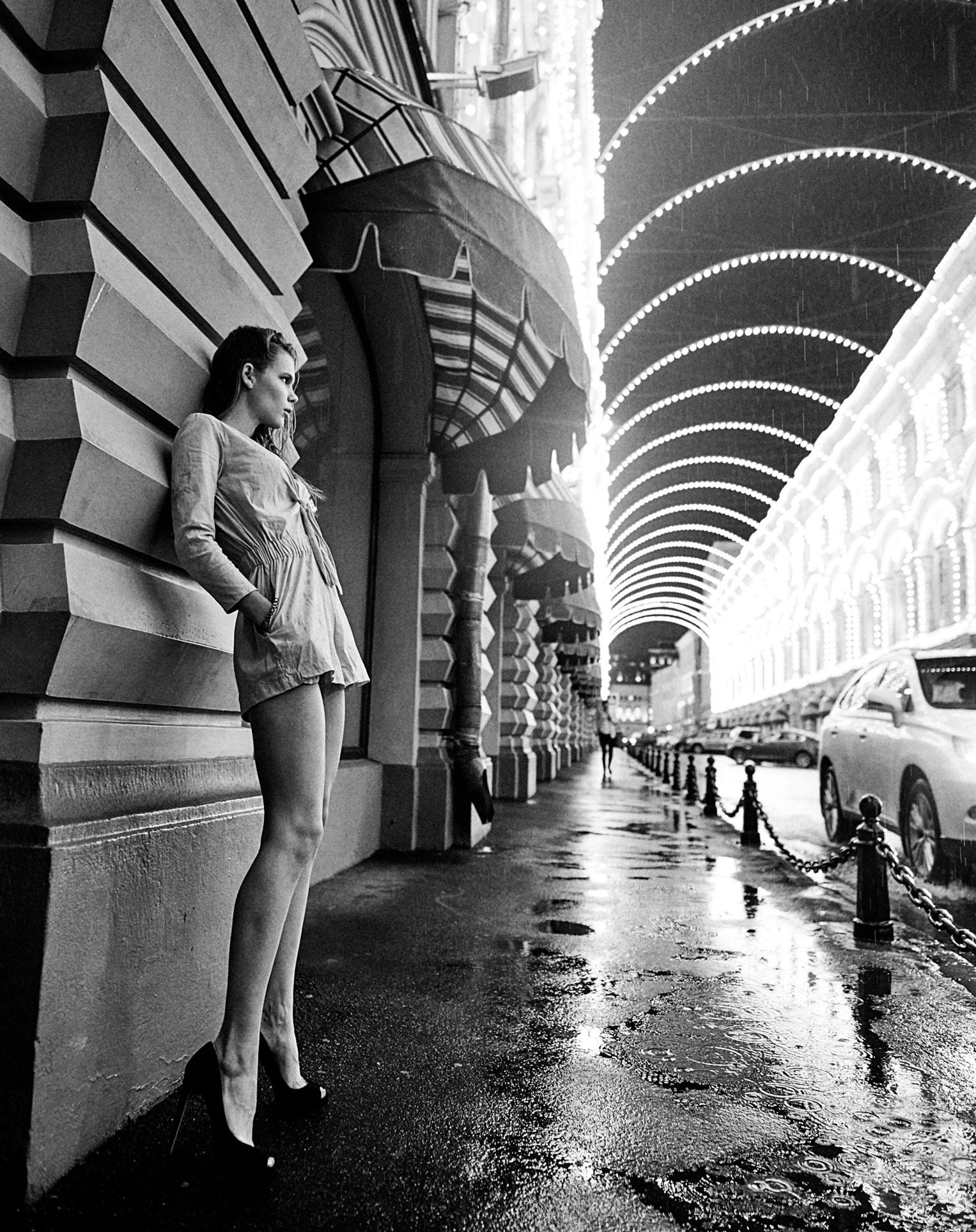Настасья Волконская гуляет по ночному городу / фото 01