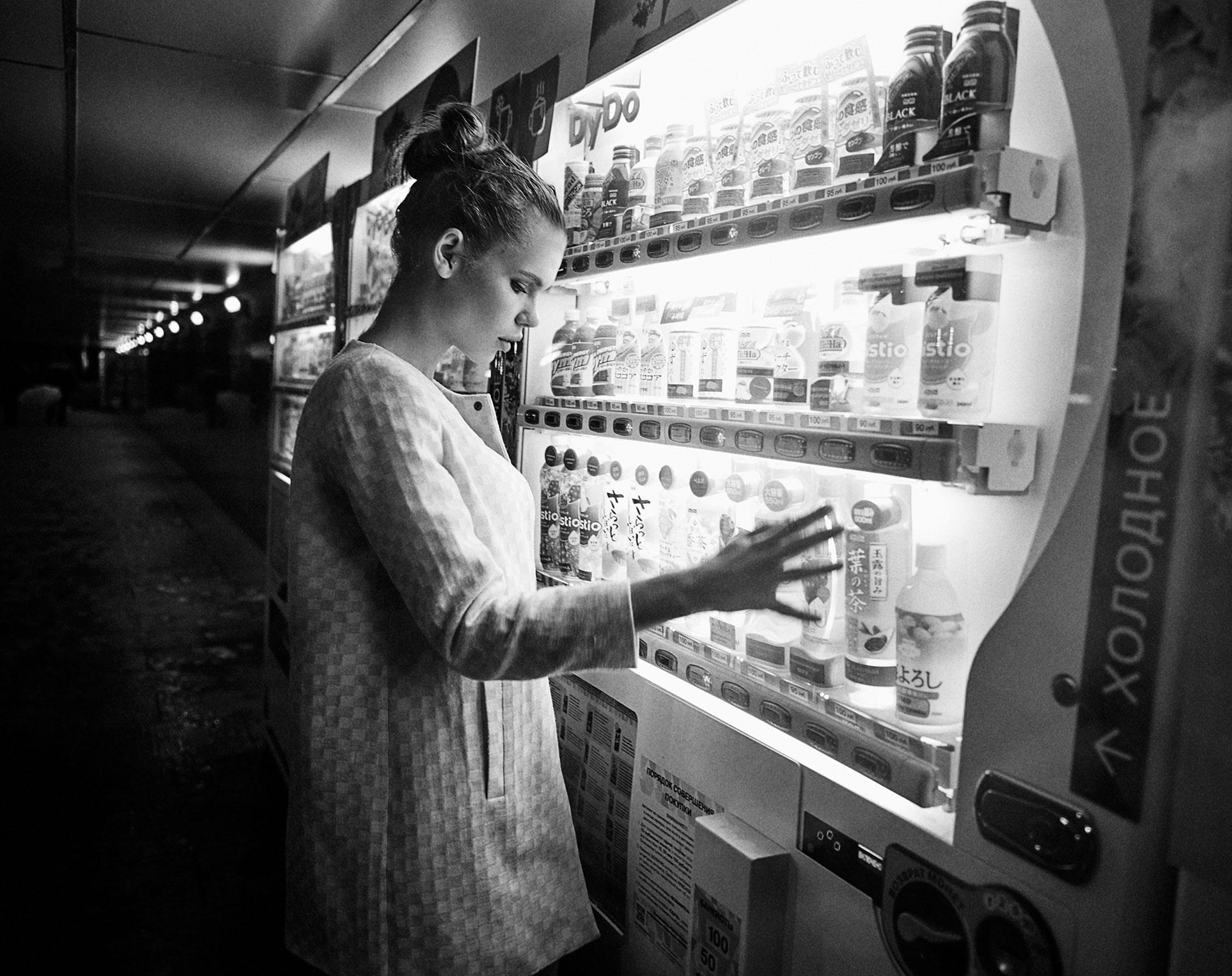 Настасья Волконская гуляет по ночному городу / фото 08