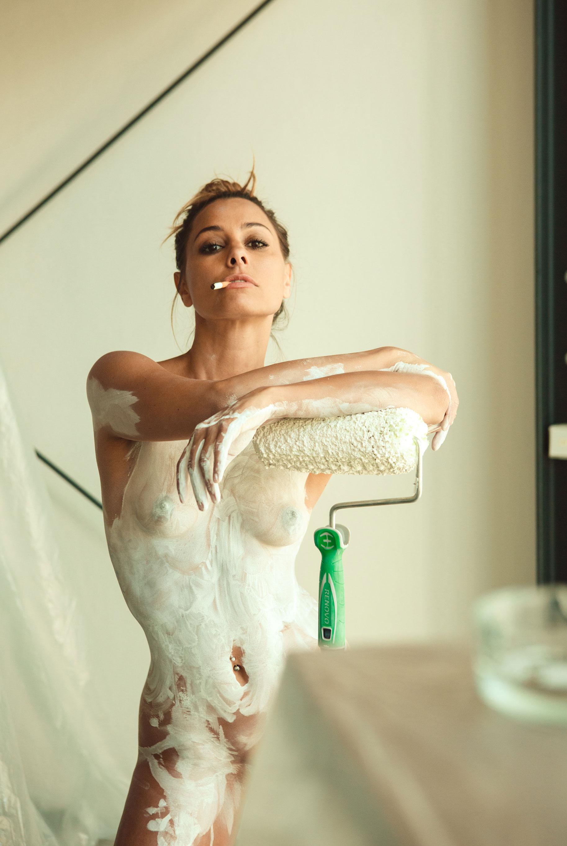 Анетта и Бьянка ракрашивают стены и свои тела белой краской / фото 18