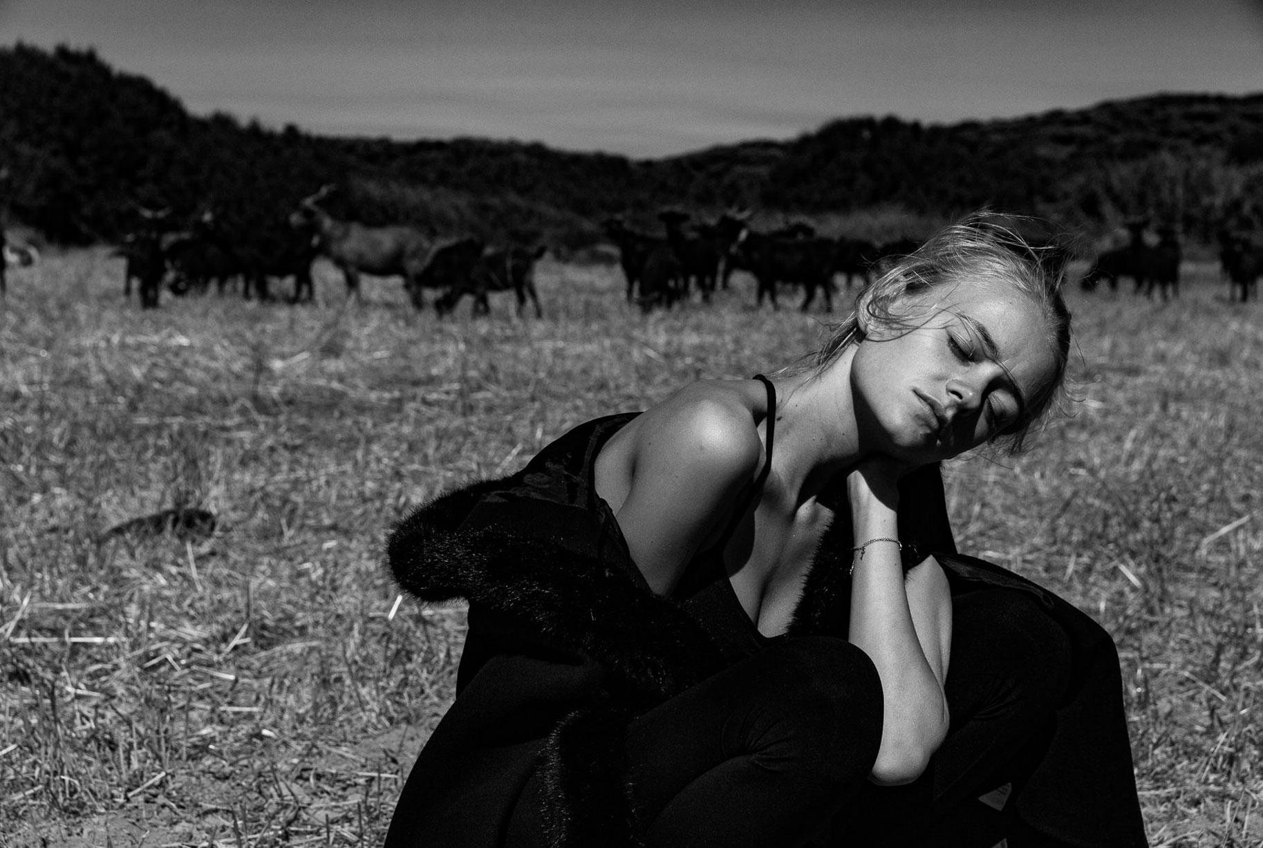 Яна на поле с пасущимися козлами и коровами / фото 04
