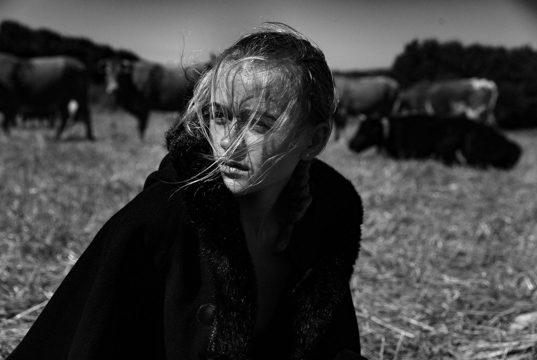 Яна на поле с пасущимися козлами и коровами / фото 09