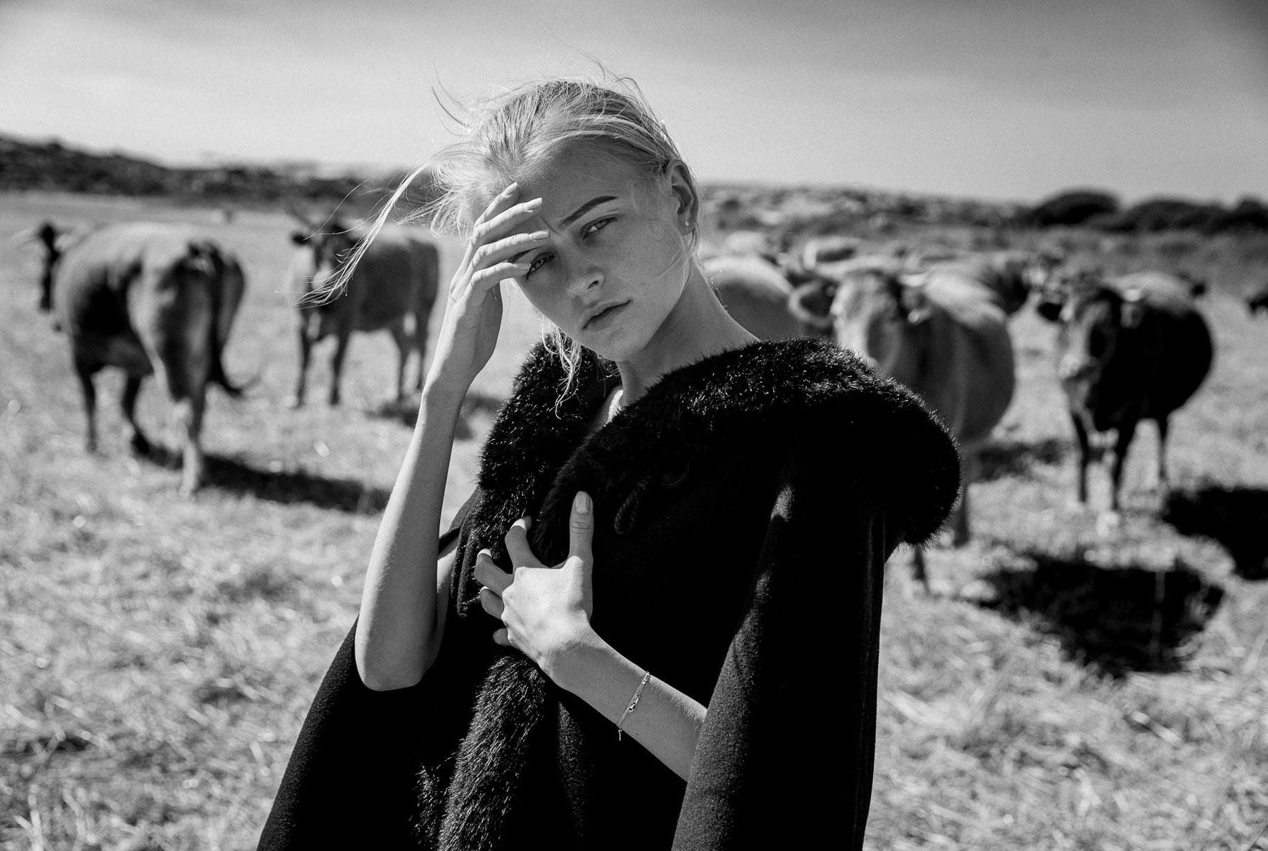 Яна на поле с пасущимися козлами и коровами / фото 11