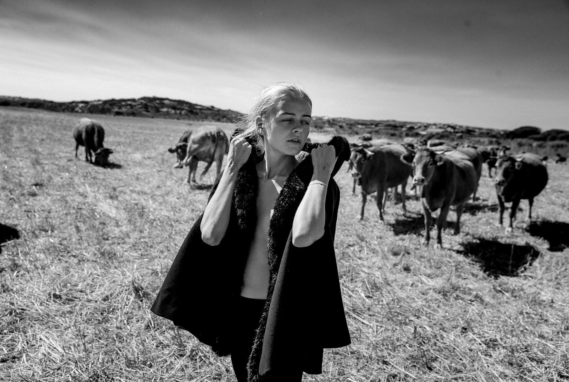 Яна на поле с пасущимися козлами и коровами / фото 12