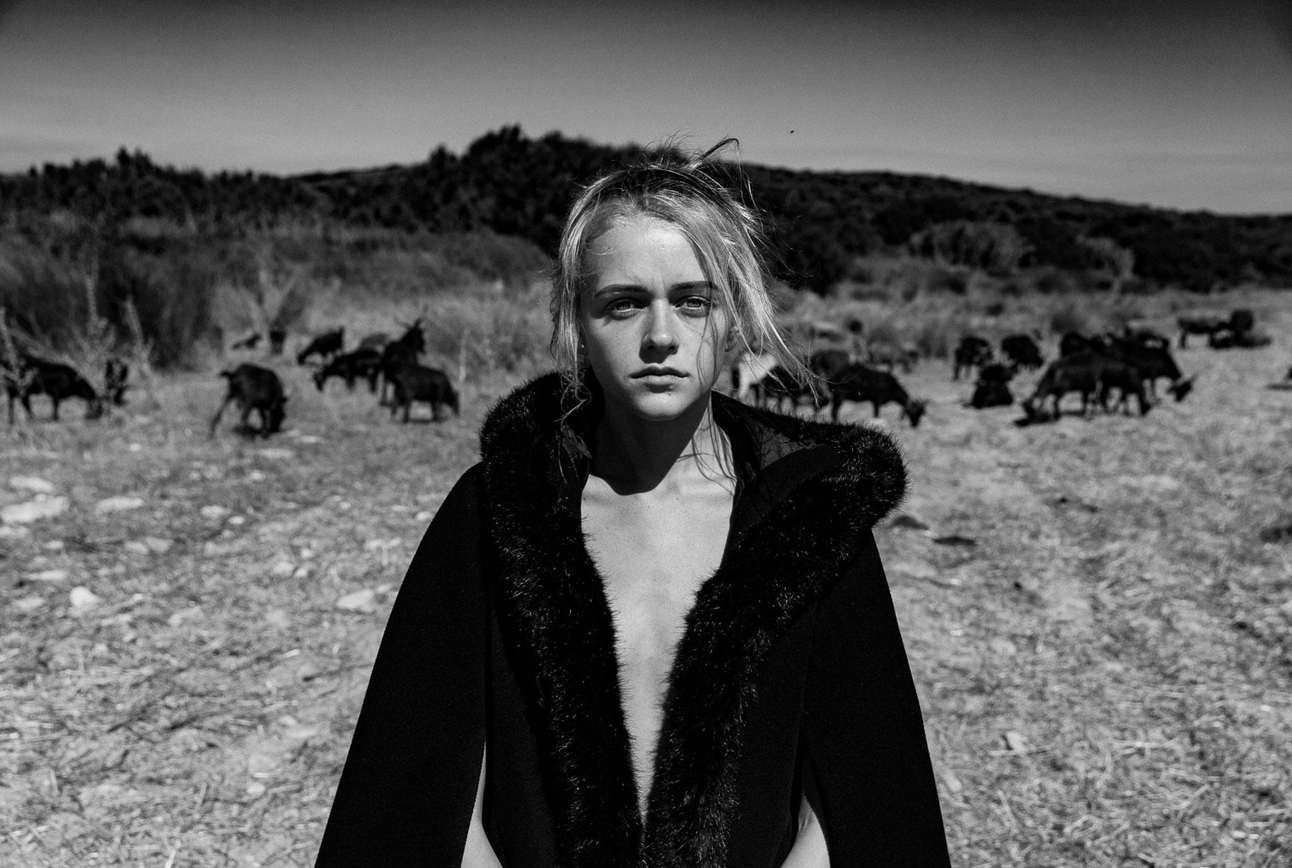 Яна на поле с пасущимися козлами и коровами / фото 14