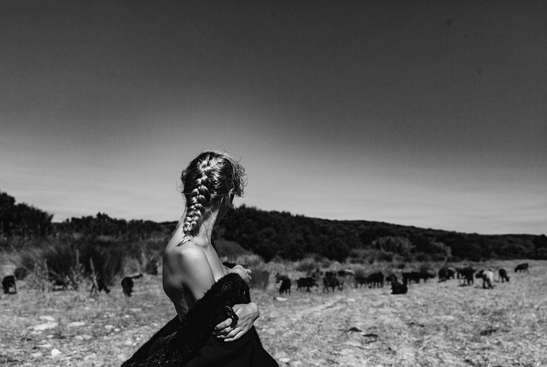 Яна на поле с пасущимися козлами и коровами / фото 18