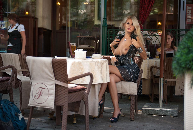 Марина Лемишенко раздевается на улицах Одессы / фото 02