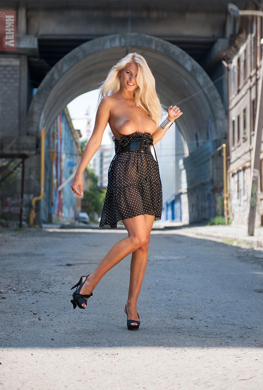 Марина Лемишенко раздевается на улицах Одессы / фото 04