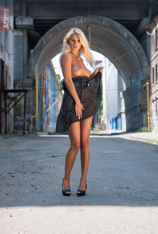 Марина Лемишенко раздевается на улицах Одессы / фото 07