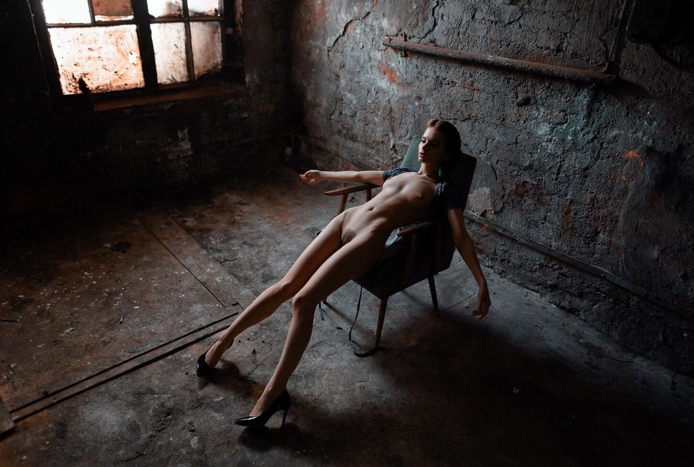 голая Марта Громова в развалинах замка / фото 05