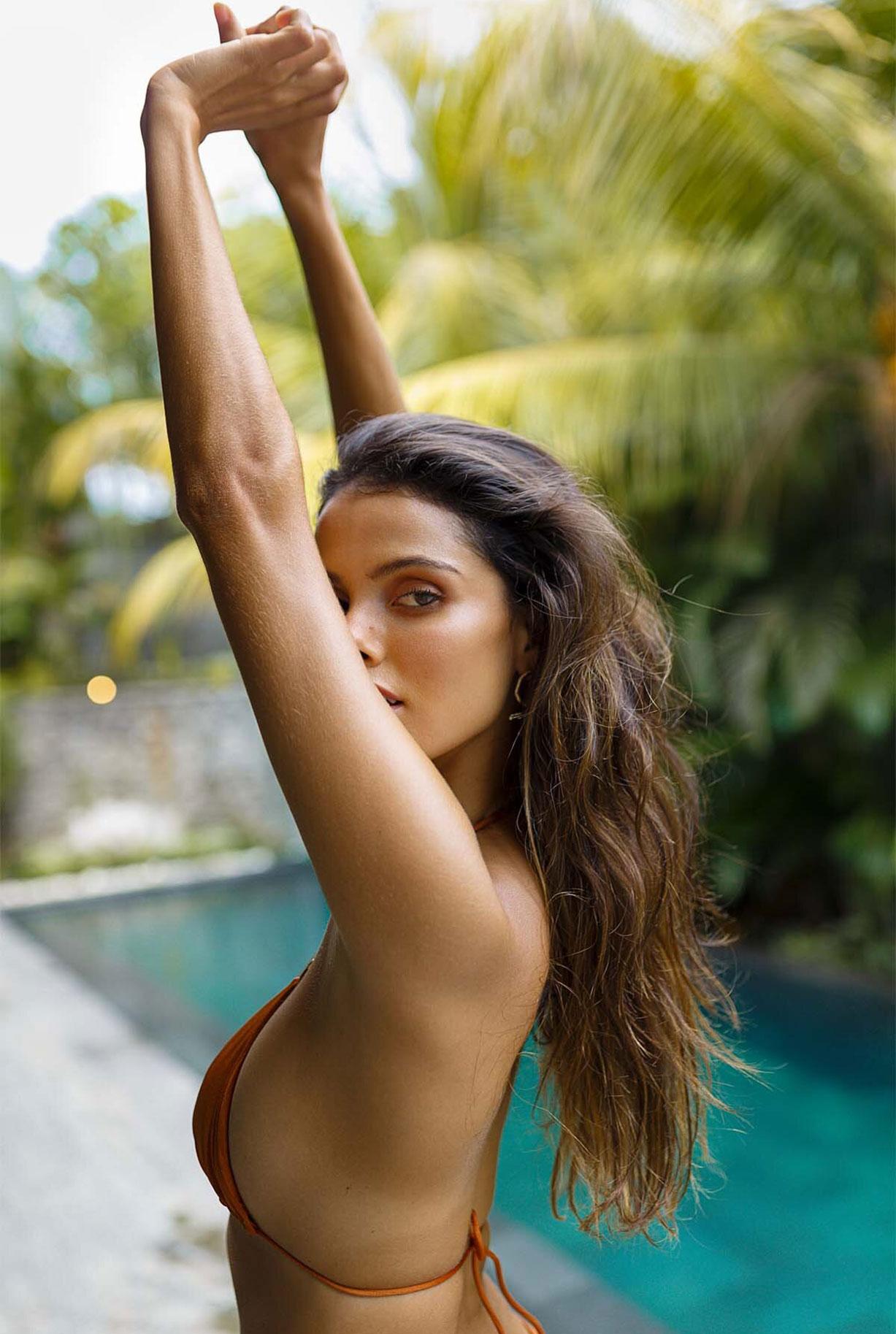 Найара Лима отдыхает у бассейна на Бали / фото 04