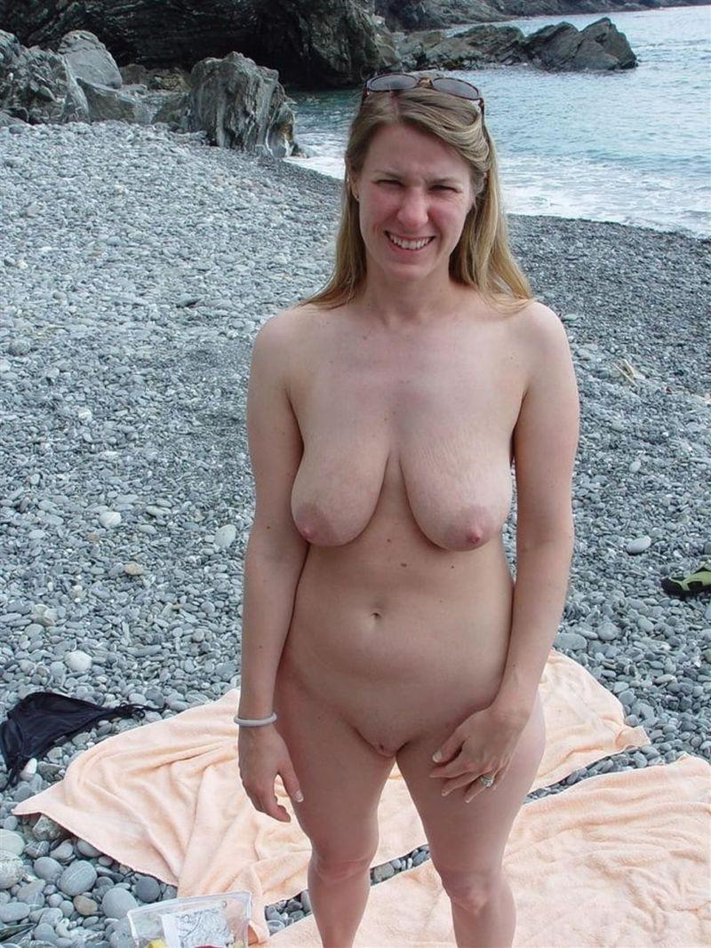 kobieta nago na plaży
