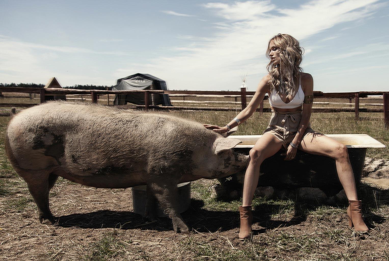 Девушка с домашними животными на ферме / фото 01