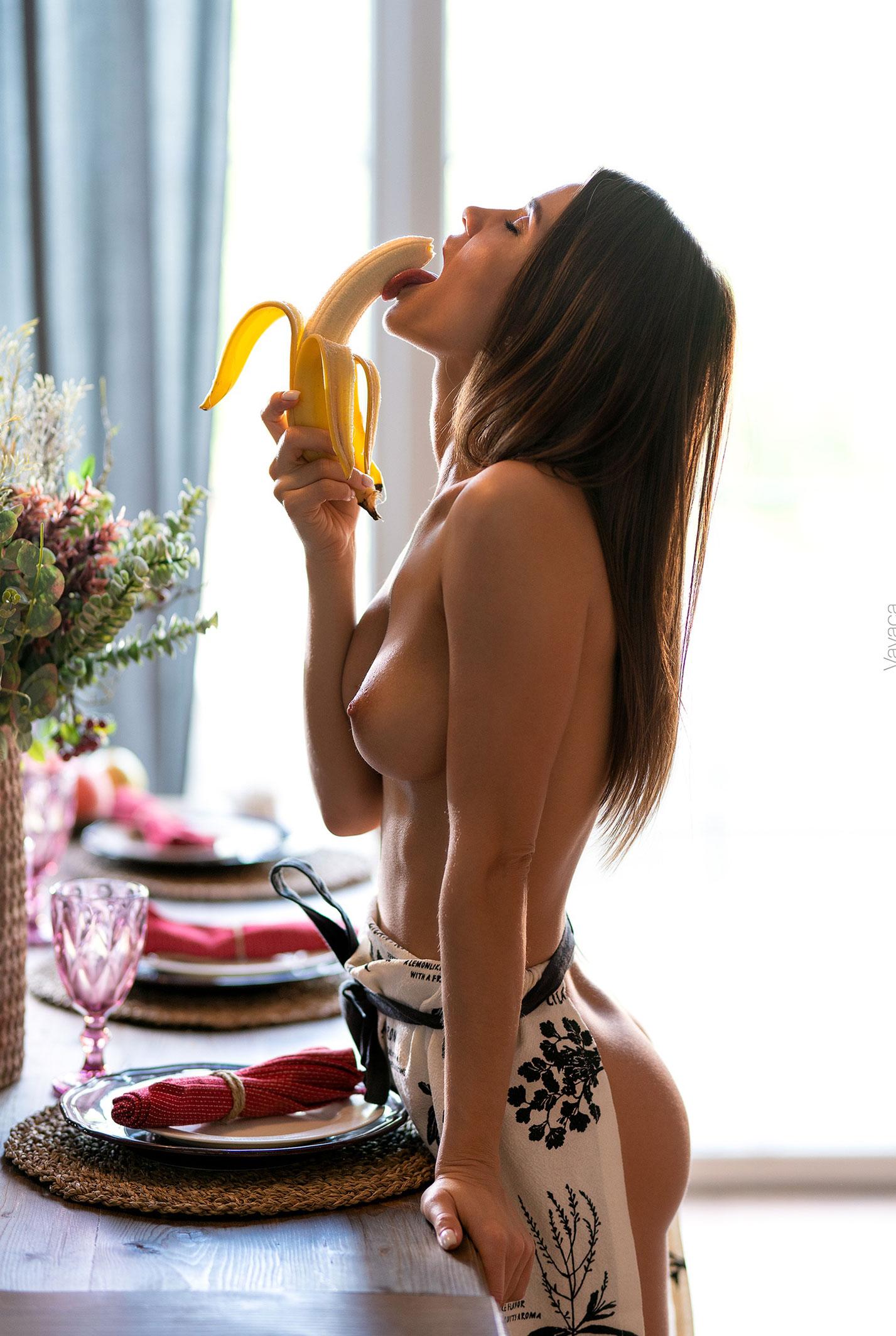 Кухня мечты - голая Кристина Макарова готовит из муки и фруктов / фото 01