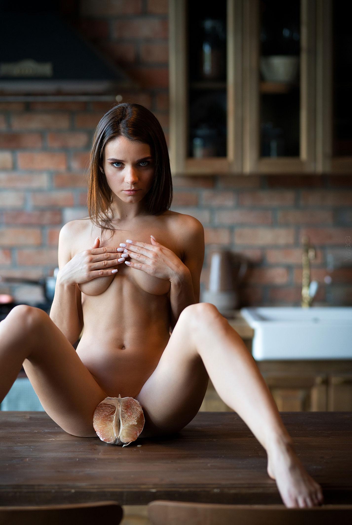 Кухня мечты - голая Кристина Макарова готовит из муки и фруктов / фото 03