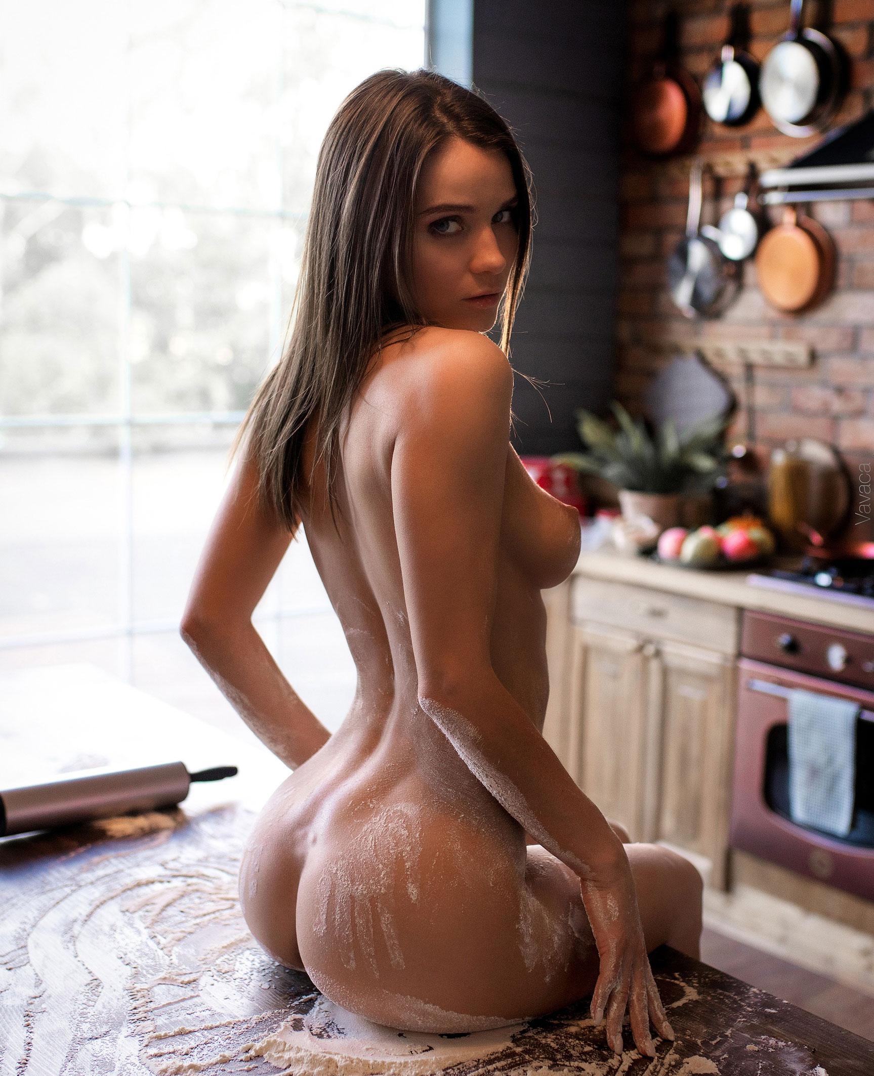 Кухня мечты - голая Кристина Макарова готовит из муки и фруктов / фото 09