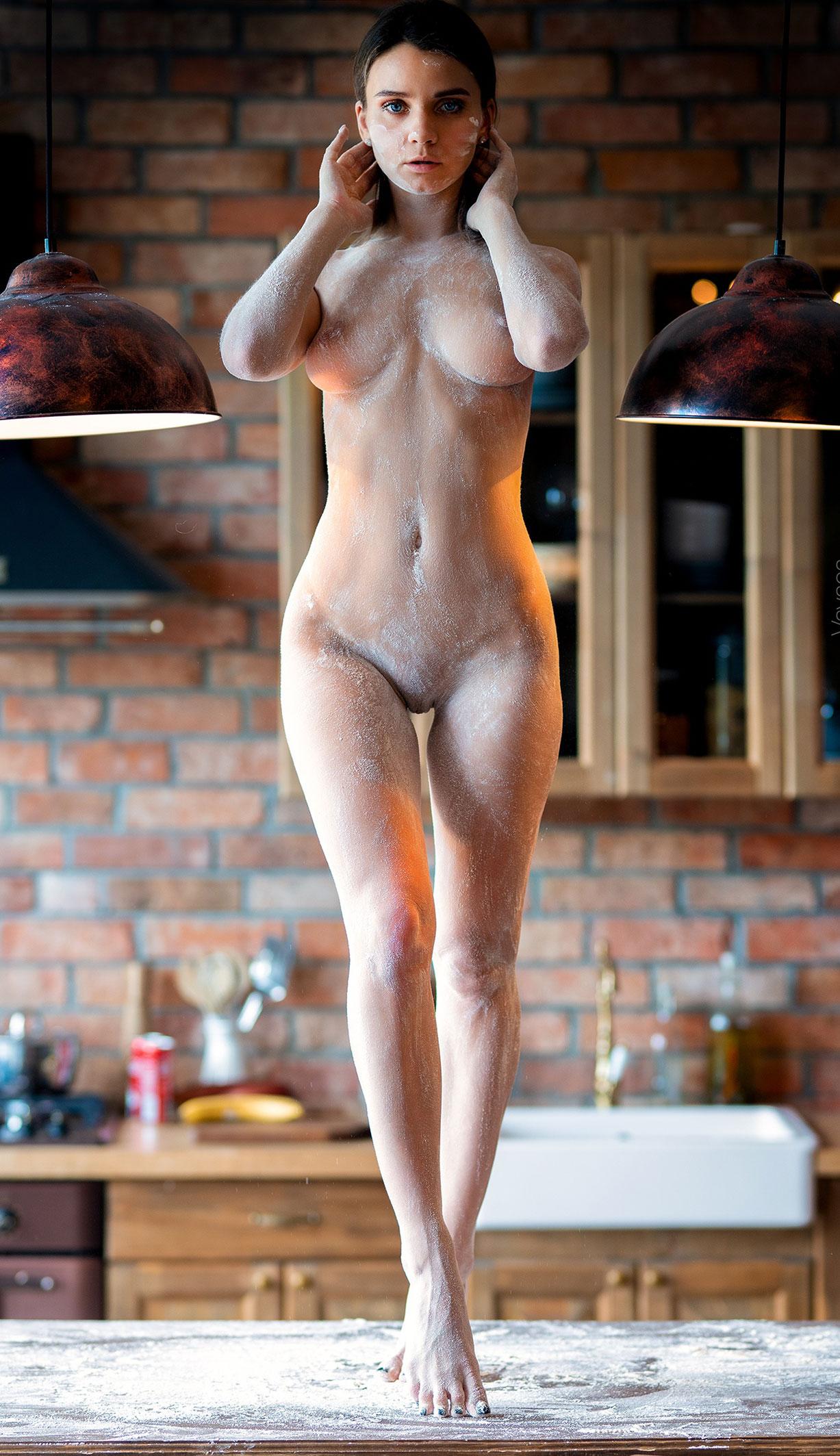 Кухня мечты - голая Кристина Макарова готовит из муки и фруктов / фото 15