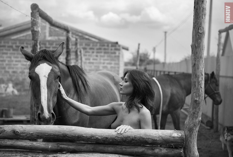голая девушка и конь / фото 01