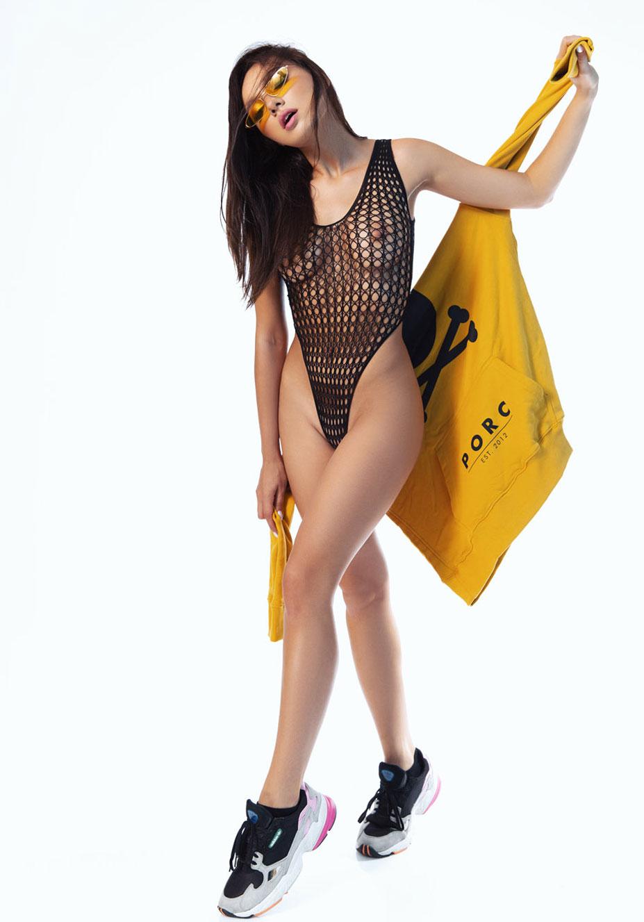 сексуальная Ана Томоану раздевается догола для занятий спортом / фото 06